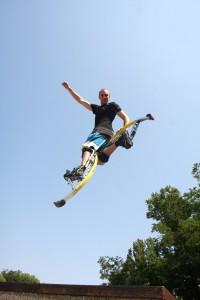 Wenn man dann hochspringt, katapultiert die Feder einen nach oben. (Foto: dpa)