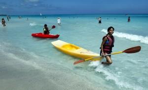 Viele Urlauber reisen gern nach Kuba - wegen des tollen Wassers und der weißen Strände. (Foto: dpa)