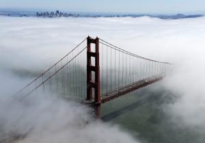 Viele Tage im Jahr ist die Bucht von San Francisco von dichten Nebel-Wolken verhüllt. Wenn Schiffe bei Nebel durch die Bucht fahren, kann es gefährlich werden. Die Pfeiler der Golden Gate Bridge könnten gerammt werden, weil man sie nicht rechtzeitig sieht. Damit das nicht passiert, geben Hörner an der Brücke Warn-Signale. Wenn Nebel aufkommt und sich ein Schiff nähert, dann machen diese Hörner ordentlich Lärm. (Foto: dpa)