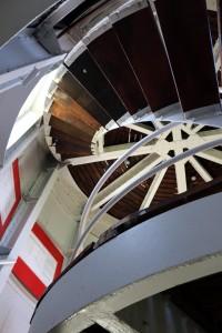 Die Treppe im Leuchtturm in Pilsum führt in einen Raum, von dem man eine tolle Aussicht auf das Meer hat. (Foto: dpa)