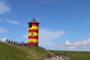Heute besuchen Urlauber den Leuchtturm in der Ortschaft Pilsum. Früher war er allerdings ein wichtiges Seezeichen. (Foto: dpa)